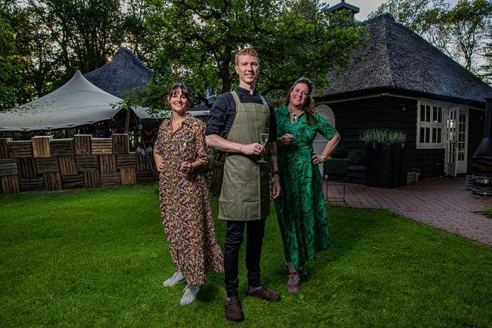 V.l.n.r.  Anne Cleynhens - bediening & keuken, Thijs Stoffel - kok, Inge Scholten - Maître sommelier. Chef-kok Arjan Fontijn kon  er helaas niet bij zijn.