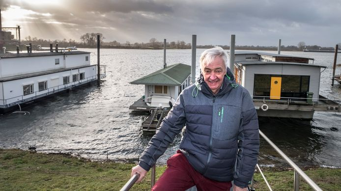 Theo Janssen op de loopplank van zijn woonark aan de Paesplas in Gennep.