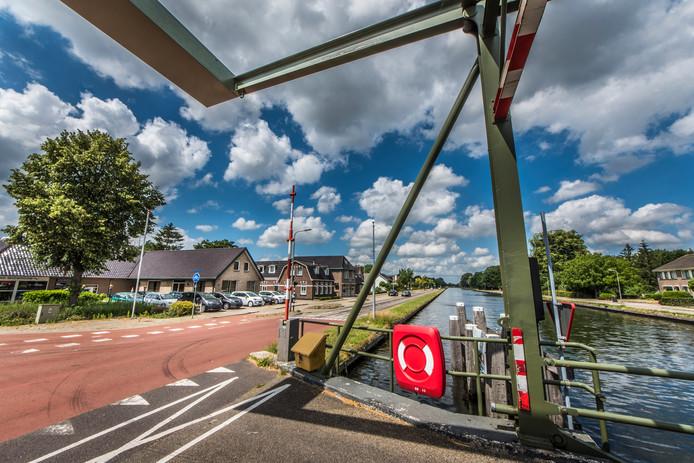 Door werkzaamheden aan het kanaal hebben huizen in Geerdijk en Vroomshoop schade.