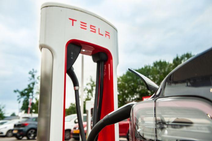 Een oplaadstation voor Tesla's in Gouda.