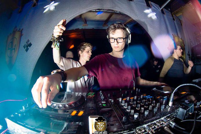 Emile aan het werk als DJ.