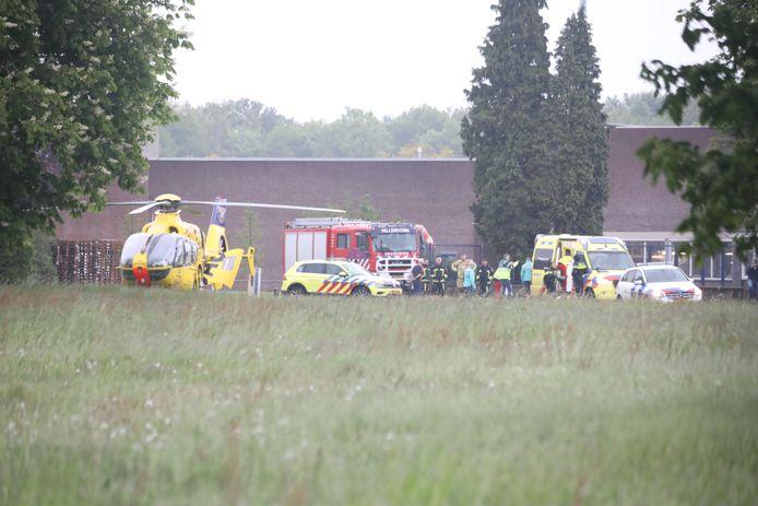 Traumahelikopter en hulpdiensten in Nijverdal na een bedrijfsongeval bij Ten Cate
