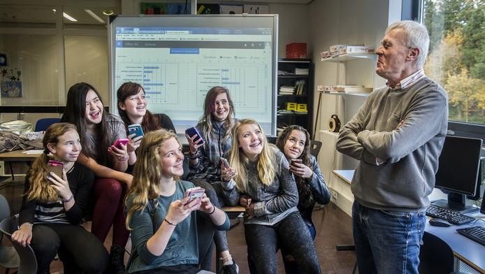 Jan Paul van Dooren krijgt van leerlingen van 't Venster via een app opbouwende kritiek op zijn manier van lesgeven.