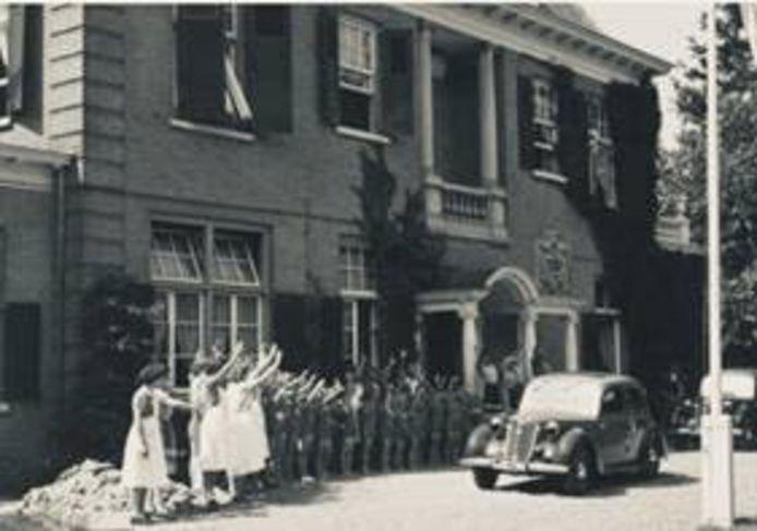 Mussert en zijn vrouw brengen een bezoekje aan tehuis de Westerhelling in Nijmegen.