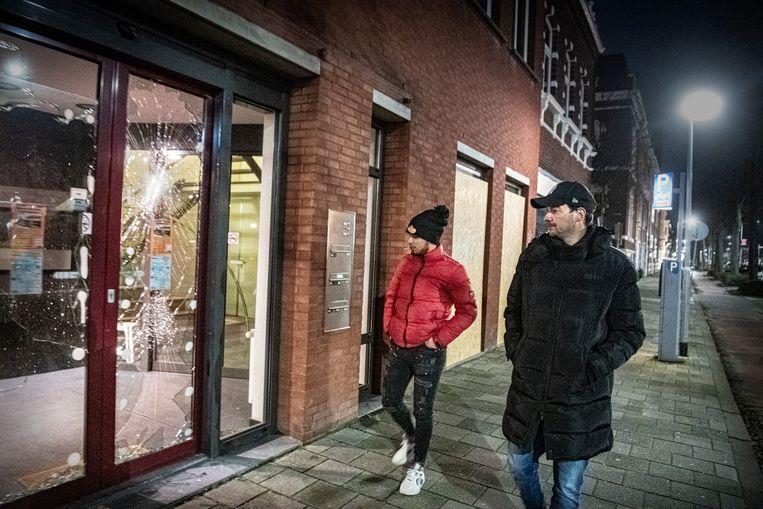 Jeugdwerkers Johnny Driessen en Elias Arssi op weg naar het station, waar jongeren twee dagen eerder vernielingen aanrichtten. Beeld Koen Verheijden