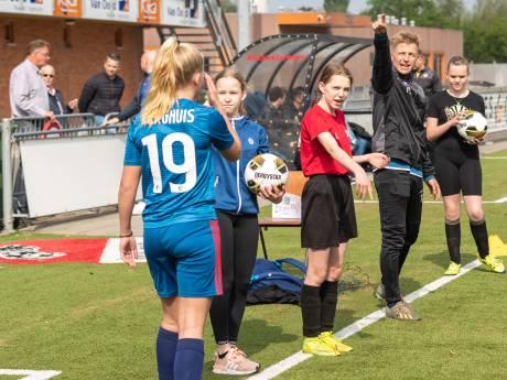 Kozakken Boys-selectie geeft clinic aan honderden meisjes: 'Dit brengt de club dichter bij elkaar'