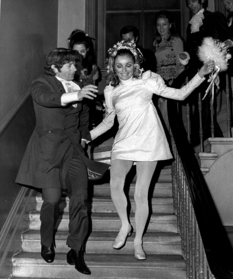Sharon Tate en Roman Polanski komen al dansend de trap af na hun huwelijk.  Beeld AP