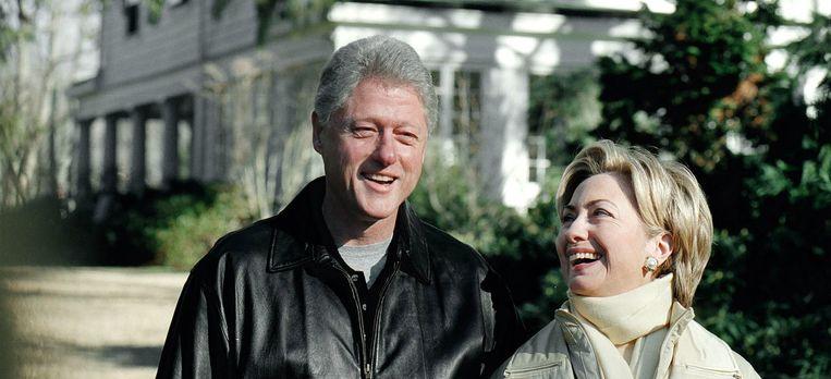 De Clintons in het jaar 2000, voor hun huis in Chappaqua. Beeld getty