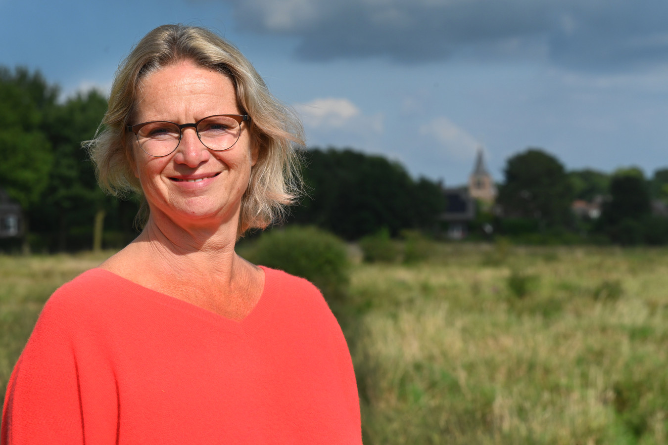 Mariëlle van Zuilen, met op de achtergrond de kerk van Linden: ,,Laten we straks onderling bezoekjes organiseren, waarbij telkens één plaats de mogelijkheid krijgt om zich te laten zien aan de andere Land van Cuijkse inwoners.''