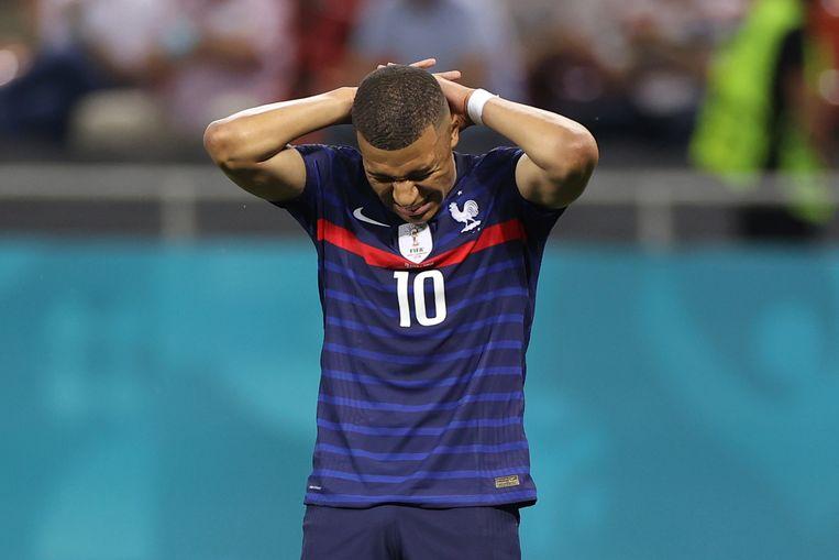 Kylian Mbappé realiseert zich dat door zijn strafschopmisser Frankrijk is uitgeschakeld op het EK. Beeld AP