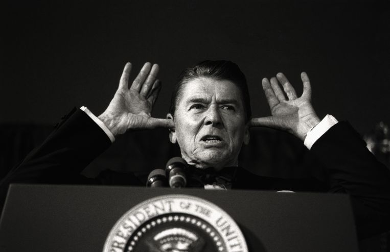 While addressing the audience at the White House News Photographers Association dinner, President Reagan said, 'I've been told this is all off the record and the cameras are off and I've been waiting years to do this.' Beeld Getty