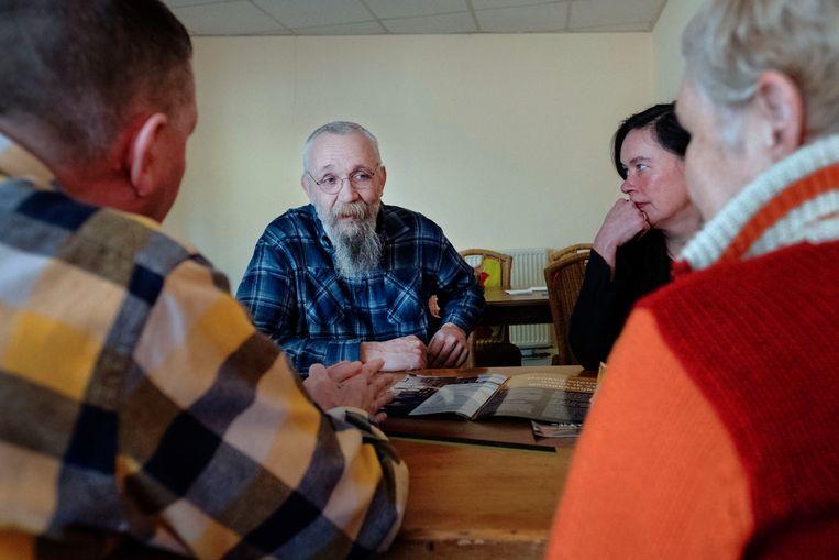 Rinus Beintema (met baard) praat met bezoekers van de Social Club in Eindhoven.  Beeld Merlin Daleman
