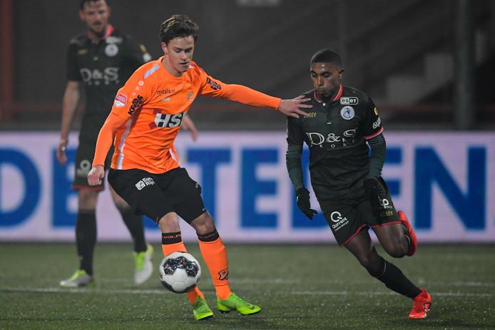Robin Schouten (l) in actie voor FC Volendam.