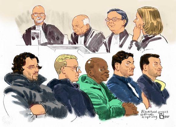 Een schets uit de rechtszaal, met onderaan de vijf verdachten in de zaak rond de moord op Brian Dalfour.