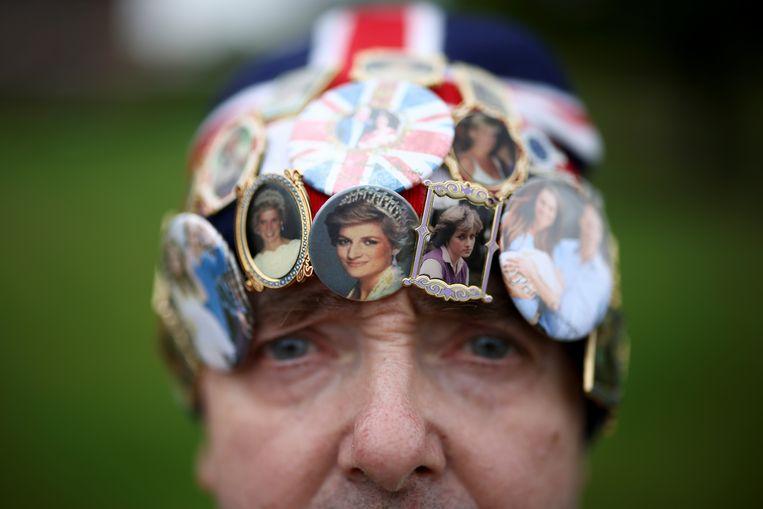 Vandaag zou ze 60 zijn geworden: prinses Diana. Ruim twee decennia na haar overlijden houden verstokte fans zoals John Loughry de herinnering aan hun favoriete royal levend. Diana's zoons William en Harry onthullen vandaag in de tuin van Kensington Palace een standbeeld van hun in 1997 verongelukte moeder.  Beeld REUTERS