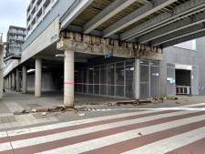 Houten bekisting valt op voetpad aan Brugs station