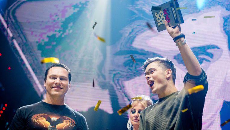 Martin Garrix glundert bij de bekendmaking, dj Tiësto is een aandachtig toeschouwer. Beeld ANP