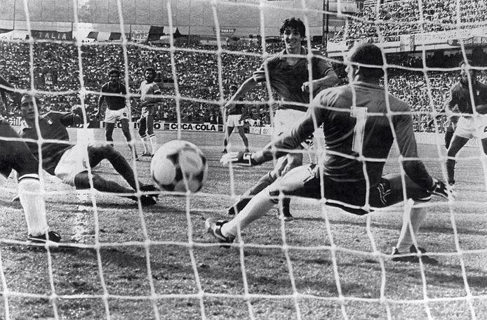 Paolo Rossi (midden) maakt zijn derde goal in het spectaculaire duel met Brazilië op het WK van 1982. Italië wint met 3-2 en gaat door naar de halve finale, Brazilië is uitgeschakeld.
