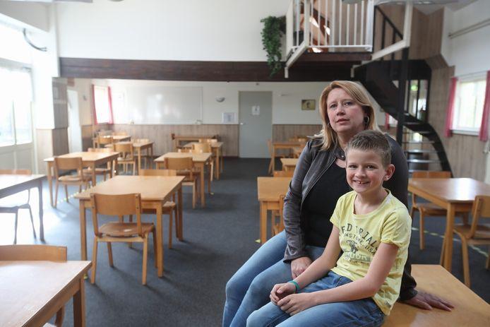 Monique Meijer en haar zoon in een lege zaal van Ons Thuis.