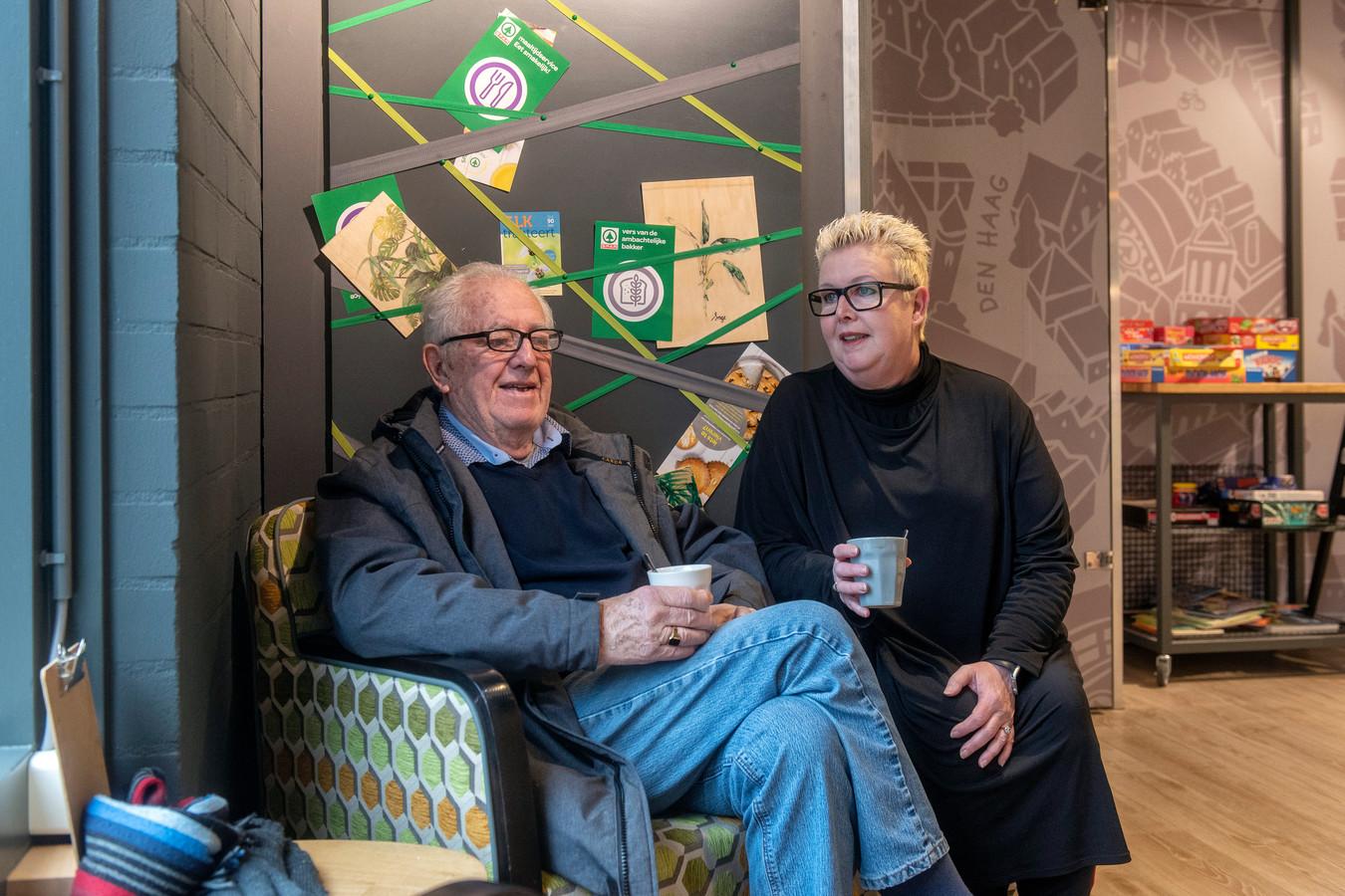 jacky de Deugd gaat een paar keer per week met haar dementerende vader, een bewoner van verpleeghuis Het Beekdal in Heelsum, naar 'de overkant' om een bezoek te brengen aan de lunchroom in de Spar-supermarkt.