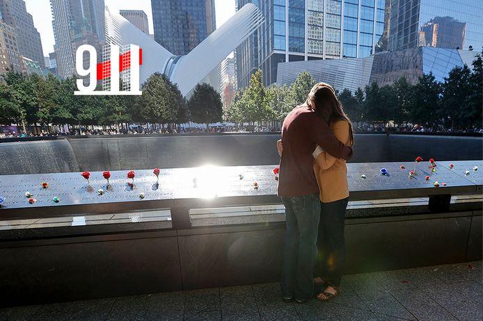 Nabestaanden rouwen aan de waterputten waar ooit de Twin Towers van het World Trade Center stonden.