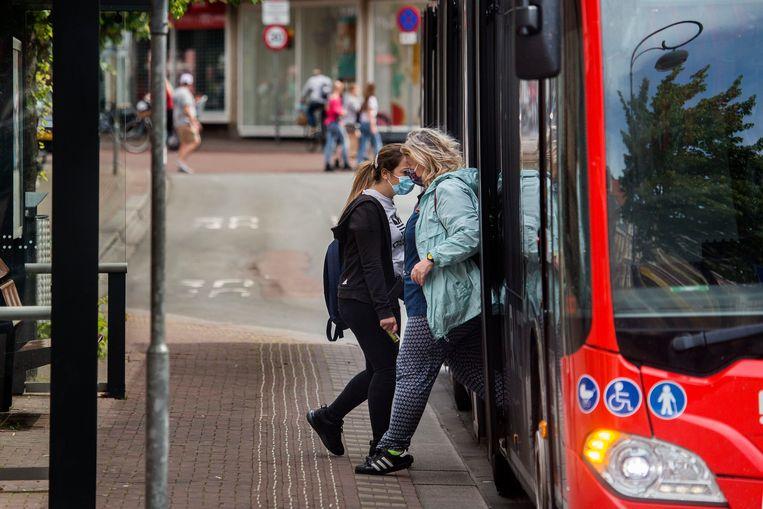 Vanaf 1 juni zijn mondkapjes verplicht in het ov, zo ook hier in Haarlem.  Beeld Arie Kievit