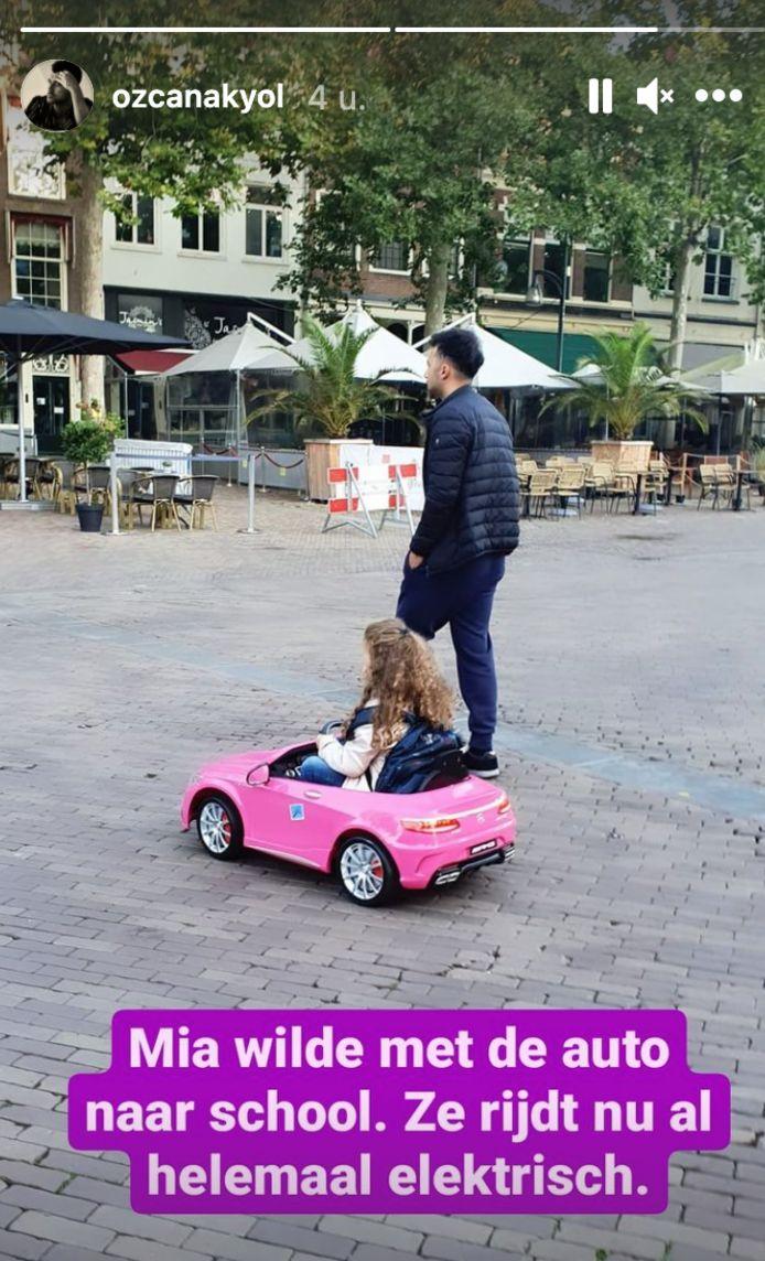 Özcan Akyol brengt zijn dochter naar school.
