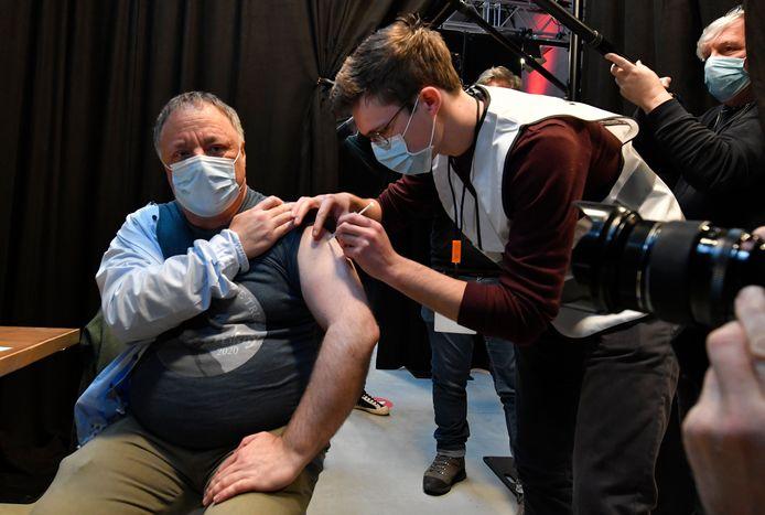 Le virologue Marc Van Ranst, vacciné mercredi à Willebroek