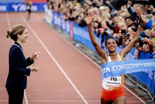 Degitu Azimeraw gaat als winnaar van de vrouwen over de finish van de TCS Amsterdam Marathon.