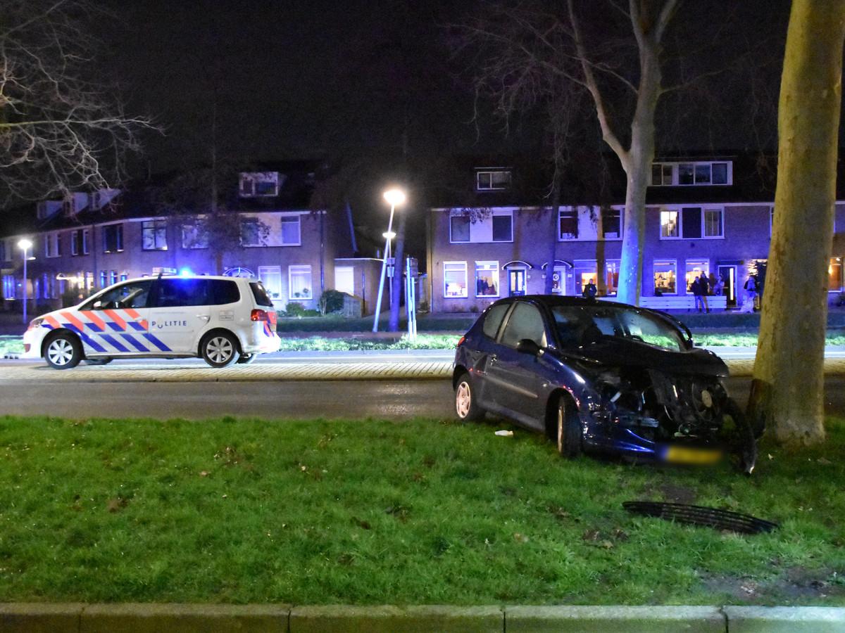 Een auto is vrijdagavond tegen een boom geknald in Waddinxveen.