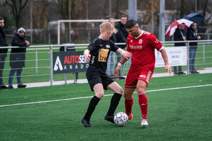 VDZ-Daniël Hammink in duel met zijn tegenstander van FC Jeugd.