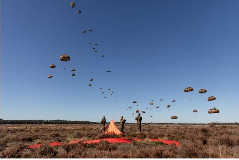 Een dropping tijdens een eerdere airborne-oefening.