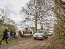 Laatste groet aan Hans vanuit langsrijdende auto's in Eefde: drive by-uitvaart is 'bizar, maar ook wel mooi'