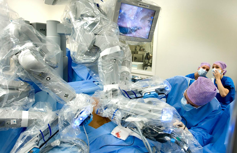 Een patiënt wordt met behulp van een operatierobot geopereerd aan prostaatkanker, in het Antoni van Leeuwenhoek Ziekenhuis in Amsterdam. Beeld ANP