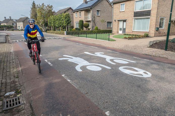 Met straatgraffiti van spelende kinderen, zoals hier in Beers, probeert de gemeente Cuijk weggebruikers al langer bewust te maken niet te hard te rijden.