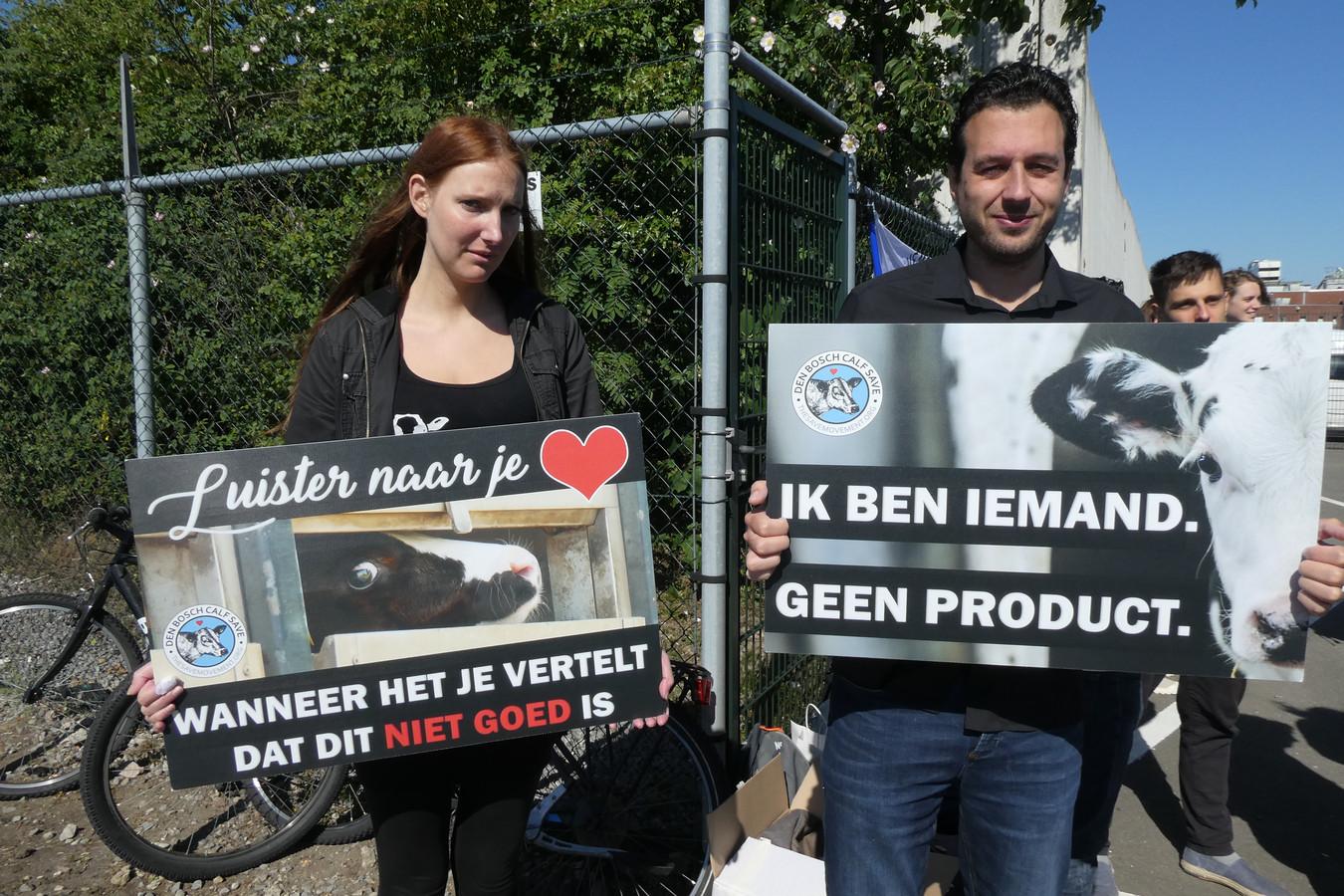 Actievoerders van Save Movement bij de poort van kalverslachterij Vitelco (Pali Group) in Den Bosch