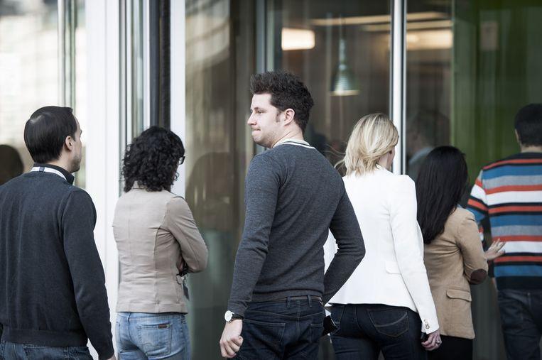 Bezorgde gezichten bij werknemers van Sony in Zaventem. Beeld BELGA
