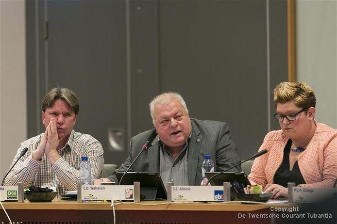 VVD-raadslid Chris Walraven (midden) tijdens het raadsdebat over het rapport grondtransacties, links D66-raadslid Tonny van der Cozijne, rechts Sandra Abbink van Gemeentebelangen Twenterand.