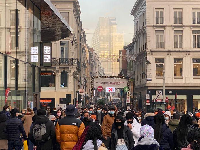 Veel volk in en aan de Brusselse Nieuwstraat.