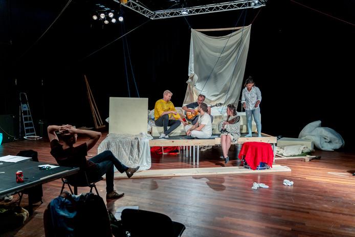 Een repetitie van de voorstelling De Gebroeders Leeuwenhart.