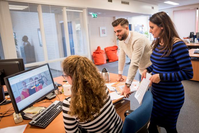 Heracles-speler Robin Pröpper op de werkvloer bij Asito, met rechts HR-manager Saria Malgaz.