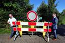 Ter illustratie, afgelopen voorjaar ging de landsgrens met België weer open. Burgemeester Gaston Van Tichelt van de gemeente Essen (links) en burgemeester Steven Adriaansen van Woensdrecht verwijderen symbolisch het laatste hekwerk.