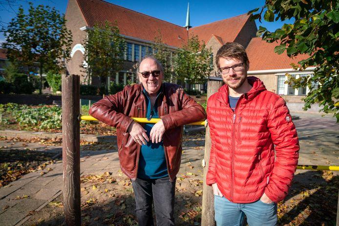 Jan Lareman en Dirk Jan Riphagen voor het oude schoolgebouw en de moestuin.