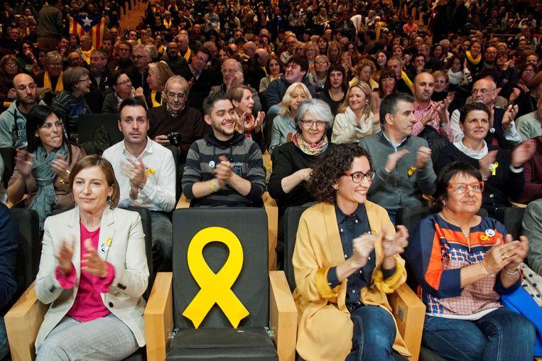 Op verkiezingsmeetings van ERC wordt de stoel van partijleider Oriol Junqueras symbolisch bekleed met een geel lint. Beeld EPA