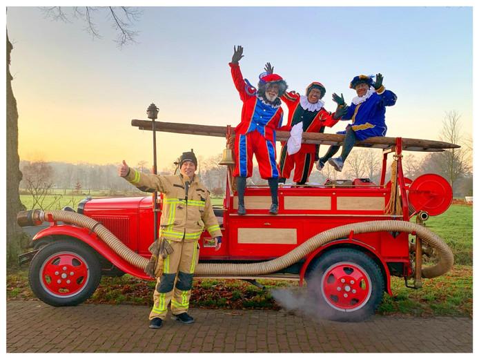 De pieten komen per brandweerauto aan in Usselo