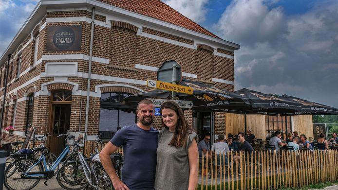 Pat en Caro verbouwden tijdens de coronacrisis een klein huis om tot een mooie bruine kroeg
