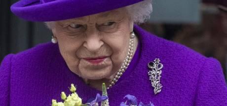 Elizabeth II souriante pour sa première apparition officielle depuis les funérailles du prince Philip