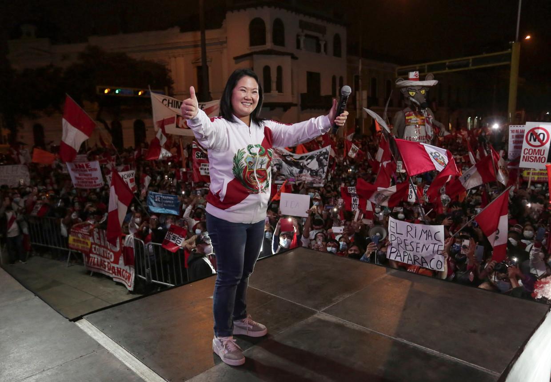 Keiko Fujimori spreekt haar aanhangers toe op een demonstratie tegen de vermeende verkiezingsfraude bij de presidentsverkiezingen in Peru. Beeld REUTERS