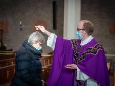Uniek in kerkhistorie: askruisje bóven in plaats van óp het hoofd