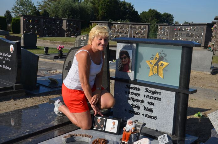 Marina poseert trots bij het graf van haar ouders.